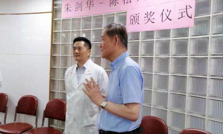 讨论合作事宜  祝贺从医50年
