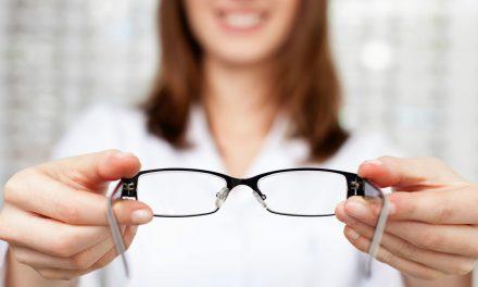 如何正確地配戴眼鏡?